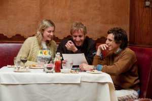 Greta Gerwig, Rhys Ifans et Ben Stiller à la table de madame nostalgie