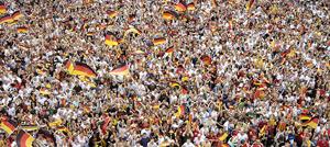 La fête aux alentours de la porte de Brandebourg, où plus de 300 000 supporters se rassemblent pour voir les matches